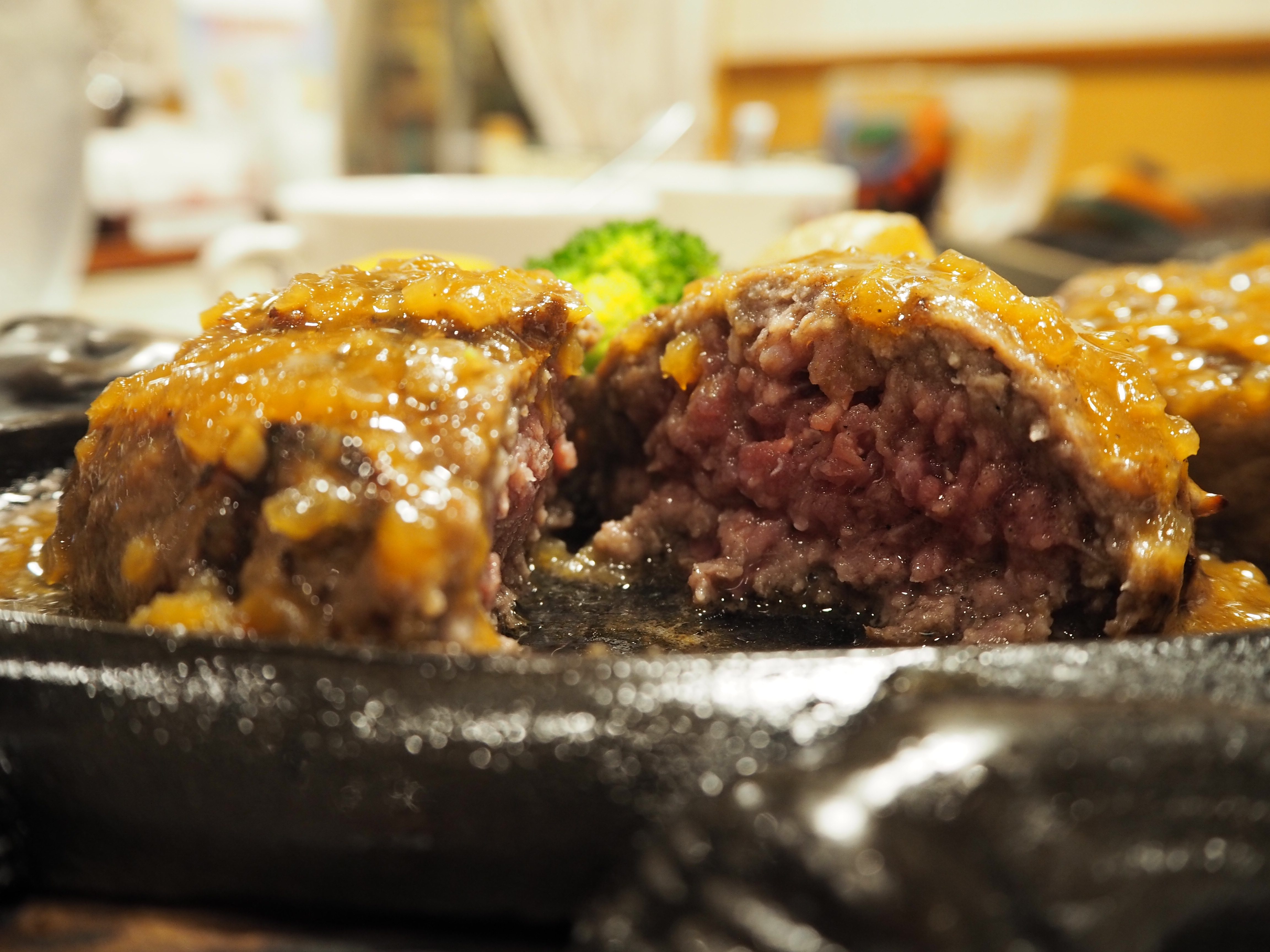 静岡だけ!牛肉100%炭焼きハンバーグ「さわやか」