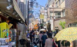 雨あがる、東京アラート発令中でも多くの人で混み合う下北沢