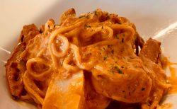 開放感のあるキッチン&バー「Ricca」で魚介を贅沢に盛ったクリームパスタ