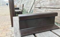 第二の人生?小田急線跡地の遊歩道にあるベンチがユニーク