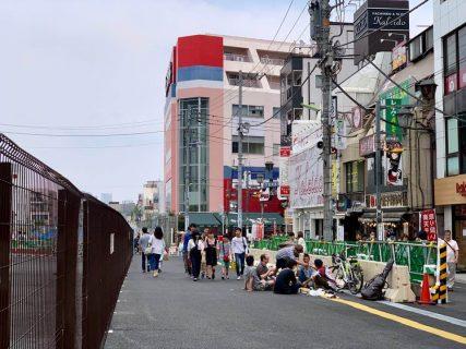 建設途中の駅前広場がスラム化しつつある