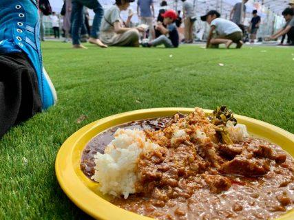 「下北線路街 空き地」芝生の上でピクニックを楽しもう!