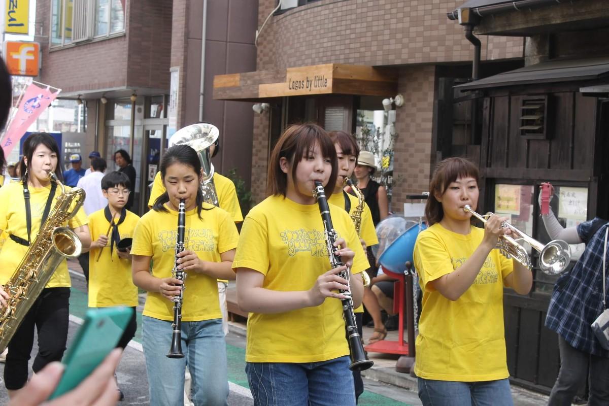 一番街が華やぐ! 毎年恒例、松蔭学園・下北沢成徳の合同パレード