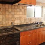 オススメしたいのがシステムキッチン。2口ガスコンログリル付き。スペースが確保されており実用的なだけでなく、アンティーク調のデザインが素敵です。(キッチン)