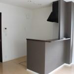 ダークブラウンのキッチンがお部屋の雰囲気を適度に引き締めます。(内装)