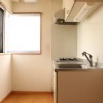 ガスコンロ2口。窓があるのでキッチン部分にも自然光が射し込みます。(キッチン)