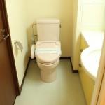 ウォシュレット完備の桜色のトイレ。(内装)