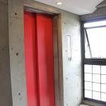 屋内のエレベーターは目の覚めるような赤。