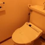 ウォシュレット完備のトイレ。(内装)