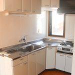 L字型システムキッチン。2口ガスコンログリル付き。(キッチン)