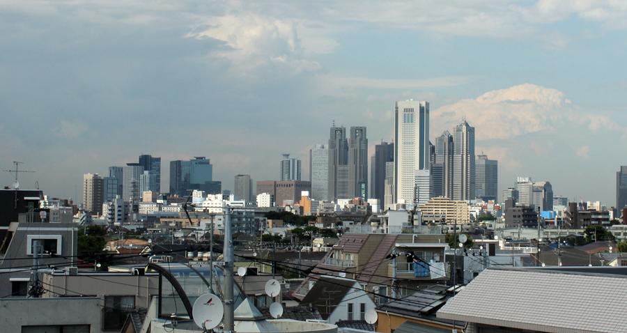 窓から新宿の高層ビルが一望できるデザイナーズマンション