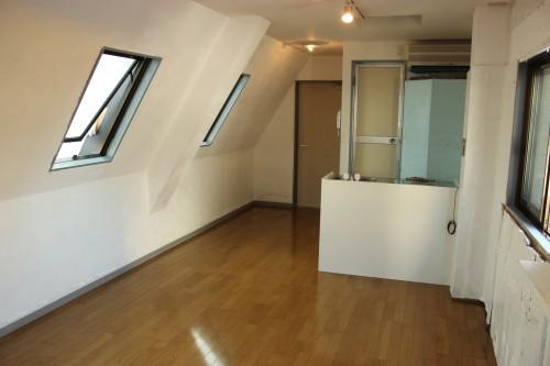 まるで屋根裏部屋のような一室。「下北沢ビル」5階
