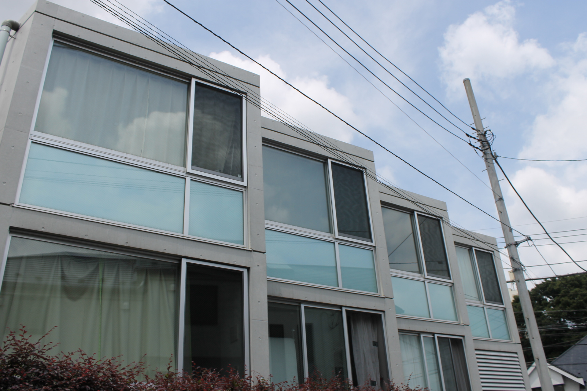 耐震構造なのにスタイリッシュ、大きな窓の「サニー永福」302