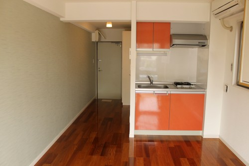 テーマカラーはオレンジ!気持ちまで明るくなるお部屋「メゾンヤマネ」302号室