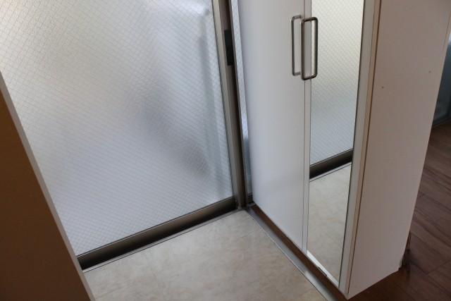 玄関にはシューズボックスと全身鏡